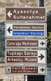 Kierunków znaki dla turystycznych miejsc w Sultanahmet okręgu Fotografia Stock