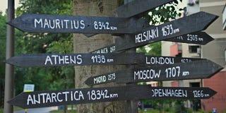 Kierunków znaki różnorodni odlegli miejsca na ziemi obraz royalty free