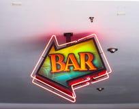 Kierunkowej strzały szyldowy wskazywać bar zdjęcie stock