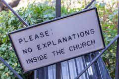 Kierunkowskaz z słowo kierunkowskazem «Zadawala: Żadny wyjaśnienia wśrodku kościół zdjęcia stock