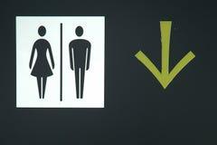 kierunku znaka toaleta Zdjęcie Stock