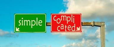 Kies de juiste weg; eenvoudig of ingewikkeld royalty-vrije stock afbeeldingen