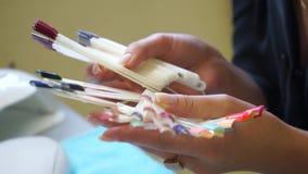 Kies de kleur van nagellak stock videobeelden