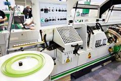 Kies opgeruimde automatische edgebander CNC uit stock fotografie