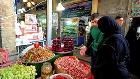 Kies pistaches in Tajrish-Bazaar, Teheran, Iran stock footage