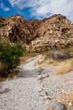 Kies-Spur in Richtung zum Berg Lizenzfreie Stockbilder