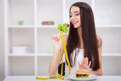 Kies tussen ongezonde kost tegenover gezonde voeding Stock Foto
