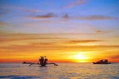 Kies uw zonsondergang en uw eilandzonsopgang Stock Foto's