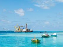 Kiesbaggerei im Ozean Lizenzfreie Stockbilder