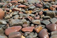 Kiesel auf dem Strandhintergrund Stockfotografie
