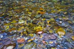 Kiesel-Felsen im Fluss Lizenzfreie Stockfotografie