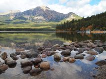 Kiesel im Mountainsee, Jasper National Park Stockfotos