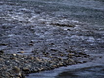 Kiesel und Wasser Stockfotos