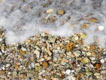 """Kiesel und Wellen auf dem Strand †""""Hintergrund stockbilder"""