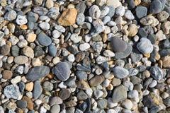 Kieselhintergrundbeschaffenheit mit vielen Kieseln von verschiedenen Größen und Formen von Fistral setzen Newquay auf den Strand Lizenzfreies Stockbild