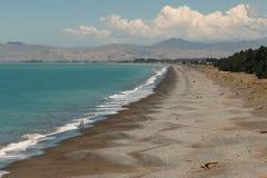 Kieseliger Strand in der bewölkten Bucht Lizenzfreie Stockfotos