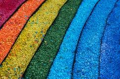 Kieselsteine ausgebreitet in Form eines Regenbogens Stockfotos