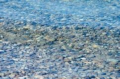 Kieselsteine in das Wasser Lizenzfreies Stockfoto