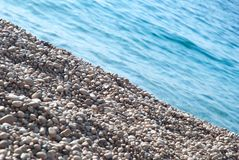 Kieselsteine und -wasser Stockbild