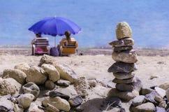 Kieselturmzen und -balance im Meer Lizenzfreie Stockfotografie