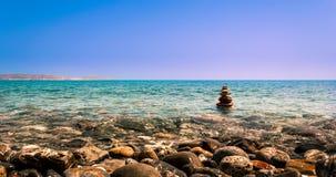 Kieselturmzen und -balance im Meer Lizenzfreie Stockfotos