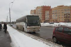Kiesfraude in Rusland Een bus met mensen van de autoriteiten, die gelijktijdig bij veelvoudige opiniepeilingsposten stemmen royalty-vrije stock afbeelding