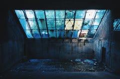 Kiesiger städtischer Hintergrund von zerbrochenen Fensterscheiben und von verlassenem Raum Stockbild