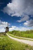 Kiespfad zu einer holländischen Windmühle Lizenzfreie Stockbilder