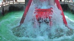 Kiesschaufel steigt unten in das Wasser ein stock video