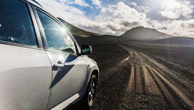 Kieswüste des Autos 4x4 gehende vulkanische Island-Bahn Lizenzfreies Stockfoto