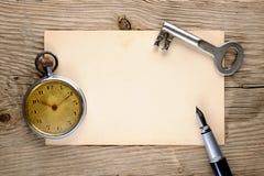 Kieszeniowego zegarka, fontanny pióra, kluczowej i starej pocztówka, Obrazy Stock