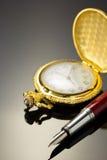 Kieszeniowego zegarka i atramentu pióro na czerni Zdjęcie Royalty Free