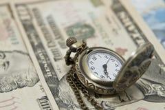 Kieszeniowego zegarka kłamstwo na dolarach Obraz Stock