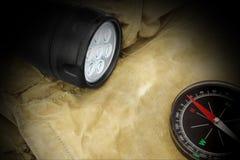 Kieszeniowy reflektor i kompas na plecaku Fotografia Royalty Free