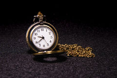 Kieszeniowy zegarek nad ciemną teksturą Obraz Royalty Free
