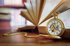 Kieszeniowy zegarek w bibliotece lub nauce fotografia royalty free