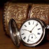 Kieszeniowy zegarek z Starą książką Fotografia Royalty Free