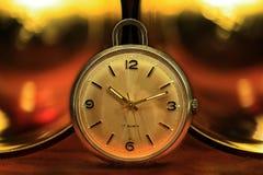 Kieszeniowy zegarek z złotymi światłami fotografia stock