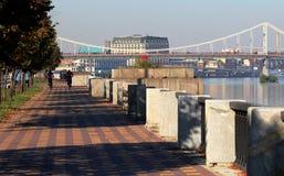 kiev Украина Дорога на которой велосипедисты едут и управляют люди, около реки Dnieper стоковое фото rf