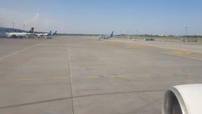 Kiev, Borispol, Ucraina - 2 maggio 2018: Vista dalla finestra di un aereo che si muove all'aeroporto archivi video