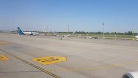 Kiev, Borispol, Ucrania - 2 de mayo de 2018: Visión desde la ventana de un avión que se mueve en el aeropuerto almacen de metraje de vídeo