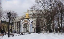 Kiev, capela no parque perto da catedral do Golden Gate do ` s de St Michael Inverno fotografia de stock royalty free