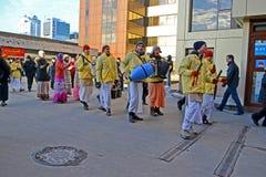 Gente de la religión de Khrisna con el tambor y armónico, Fotografía de archivo