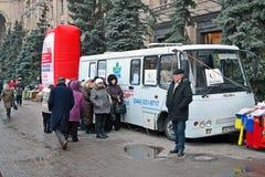 La exploración de la prueba de la pulmonía con el móvil radiografía el coche de la radiografía en Kiev, Ucrania Fotos de archivo