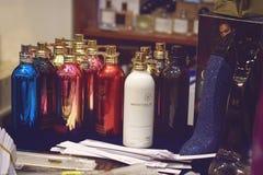 """KIEV, DE OEKRAÏNE € """"19 SEPTEMBER, 2018: Vele verschillende parfum en steekproeven van Montale Parijs van aluminiumflessen fragr stock afbeelding"""