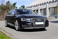 Kiev, de Oekraïne; 10 april, 2014 Audi S8 op de de bouwachtergrond stock foto