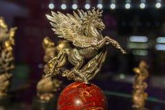 Kiev, de Oekraïne - April 29, 2018: Beeldhouwwerk van het gevleugelde paard van de beeldhouwer Andrei Ozjumenko stock afbeeldingen