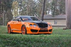 Kiev, de Oekraïne; 10 april, 2015 Bentley Continental GT in het bos stock foto
