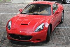 Kiev, de Oekraïne; 27 april, 2015 Ferrari Californië in de straat royalty-vrije stock fotografie