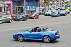Kiev, de Oekraïne; 10 april, 2014 Maserati Cabrio 4 2 V8 Het meisje achter het wiel stock foto